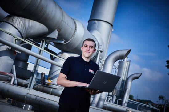 Jan Hügels erfolgreiche Karriere im tesa Werk Offenburg: Auf die Ausbildung als Mechatroniker folgt derzeit ein duales Studium als Sicherheitsingenieur.