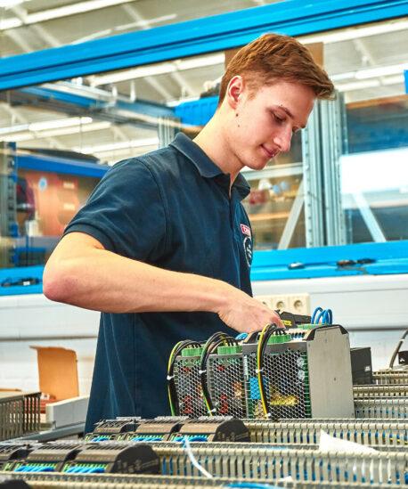 Leon Bürkle, Elektroniker für Betriebstechnik, arbeitet am Abschlussprojekt seiner Ausbildung.