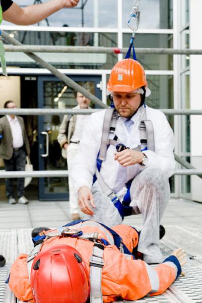 Stefan Rummel, Geschäftsführer der Messe München GmbH, versucht sich an der Schachtrettung auf der IFAT 2016. - DWA - Mitglied WorldSkills Germany