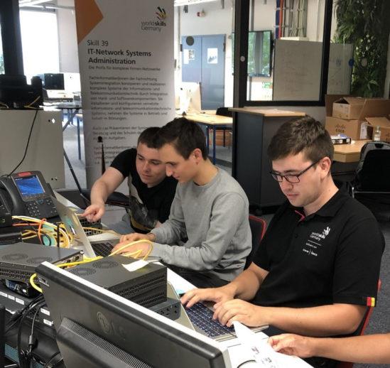 Immer fokussiert bei der Arbeit sein und sich gegenseitig abstimmen. Während die Disziplin bei den WorldSkills ein Einzelskill ist, sind bei den EuroSkills gleich zwei IT-Experten im Team am Start. (Foto: MMBbS)