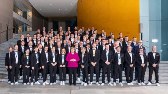Bundeskanzlerin Dr. Angela Merkel inmitten der stolzen Deutschen Berufe-Nationalmannschaft. Foto: Frank Erpinar