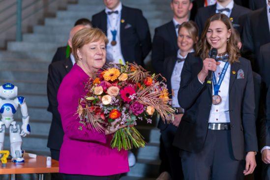 Zum Empfang der Deutschen Berufe-Nationalmannschaft nimmt Bundeskanzlerin Dr. Angela Merkel von Ines Senft einen Blumenstrauß entgegen. Die junge Floristin wurde bei der WM der Berufe – den WorldSkills Kasan 2019 – mit einer Exzellenzmedaille ausgezeichnet. Foto: Frank Erpinar