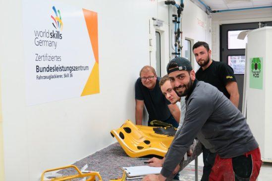 Ausbilder und WorldSkills-Bundestrainer Mariusz Dechnig und seine Azubis im BTZ in Weiterstadt.