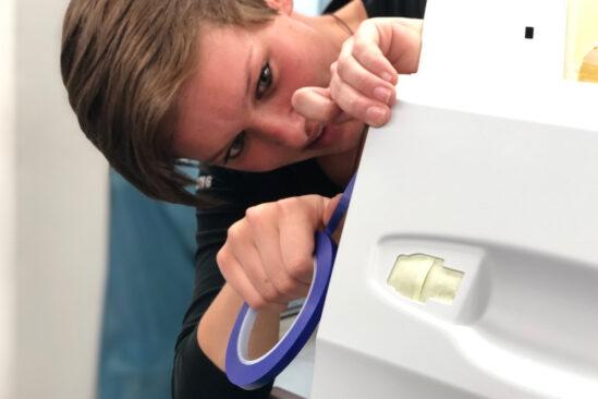 Fahrzeuglackiererin Johanna Kaiser macht es Spaß, Altem ein neues Erscheinungsbild zu geben.