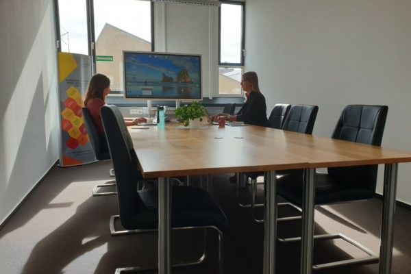 Der Besprechungsraum bietet Platz für 8 Personen