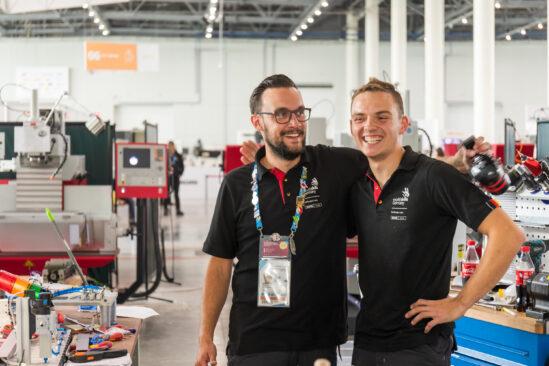 Bundestrainer Robert Erdmann (links) und Franz Radestock sind erleichtert nach dem Abpfiff des harten Wettkampfs bei der WM der Berufe, den WorldSkills Kasan 2019.